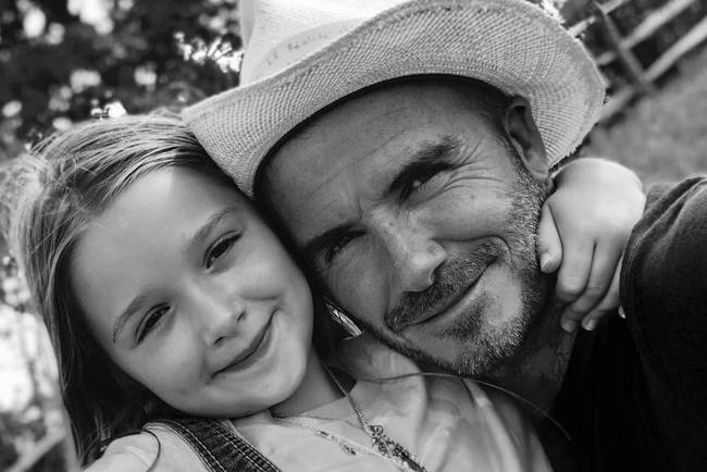 Бекхэм своими руками подстриг волосы меньшей дочери— Папа может