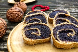 Рецепт на Маковея: сладкий рулет с маком, орехами, изюмом и халвой