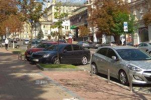 В центре Киева тротуары превращают в официальные парковки