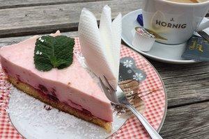 Легкий десерт для лета: пирог с малиной и сметанным желе