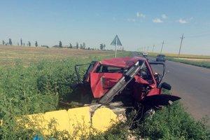 Смертельное ДТП в Донецкой области: легковушка врезалась в бетонную стелу
