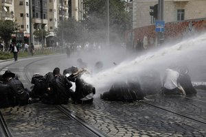 Гей-парад в Иерусалиме: протестующих евреев разгоняют водными пушками