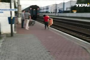 Проводники выбросили из вагона багаж пассажирки, которая задержала поезд
