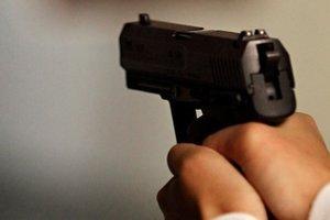 В Днепре мужчина средь бела дня выстрелил девушке в лицо