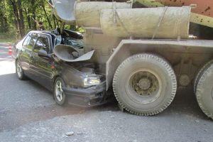 Во Львовской области легковушка врезалась в бетоновоз