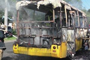 В Чернигове на ходу загорелся автобус: появились фото и видео