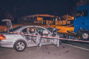Пьяное ДТП в Киеве: Mercedes врезался в грузовик, появились фото и видео