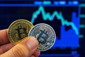 Обвал биткоина: рынок криптовалют рухнул до минимума за девять месяцев