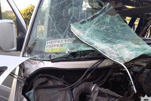 Жуткое столкновение микроавтобуса и грузовика в Днепропетровской области: пострадали пять человек