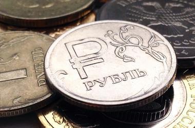 """Санкции США обвалили курс рубля на двухлетнее """"дно"""""""