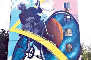 На багатоповерхівці Дніпра з'явилися Ейнштейн на велосипеді та дівчина на гойдалці