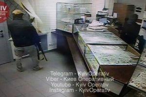 Смертельный налет на ломбард в Киеве: появились фото момента ограбления