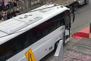 В Эквадоре автобус с фанатами врезался в мост: погибли 12 человек