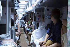Долгий путь в жару: как пережить духоту в поезде, автобусе и машине