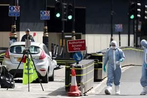Теракт в Лондоне: полиция начала снимать оцепление у здания парламента