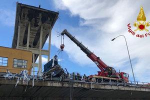 Будто молния ударила: очевидец рассказал, как падал мост в Генуе