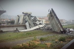 В итальянской Генуе рухнул мост: десятки погибших