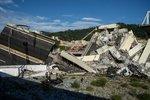 В Генуе обрушился мост. Фото AFP