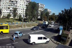 Тройное ДТП в Киеве: маршрутка вынесла легковушку на встречную полосу