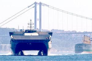 В Черное море вошел новейший десантный катамаран ВМС США: опубликованы фото