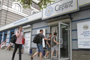 Получение биометрических паспортов в Украине все еще затруднено