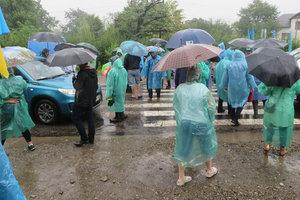 Под дождем: жители Прикарпатья второй день блокируют трассу национального значения