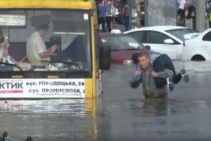 Во Львове спасатели из плена воды освободили более сотни людей: видео