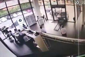 Видеошок: первая поездка на BMW X1 для женщины закончилась аварией