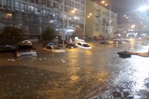 Киев снова затопило: в соцсетях показали яркие видео