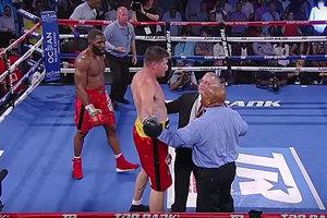 Александр Димитренко поднялся после нокдауна, но рефери остановил бой против Дженнингса