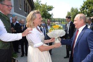 Тост на немецком и тульский самовар: что Путин подарил главе МИД Австрии