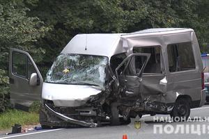 В Виннице столкнулись легковушка и микроавтобус: один погибший, семь пострадавших