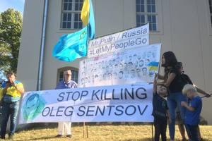 Путина в Германии встретили митингом в защиту Сенцова