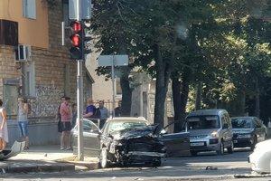 """В Сумах столкнулись два авто: перевернулся полицейский """"Приус"""""""