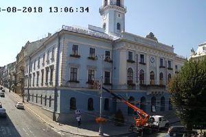 Казус в Черновцах: депутат проник в кабинет мэра с помощью автовышки (видео)