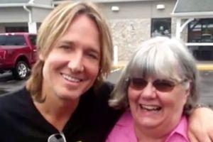 Женщина приняла знаменитого музыканта за бомжа и дала ему денег