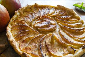 Яблочный пирог из слоеного теста с бананами и орехами