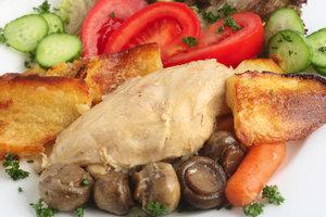Рецепт дня: запеченное куриное филе с картофелем, помидорами и грибами