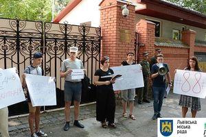 Сто дней голодовки Сенцова: возле консульства РФ  во Львове собрались люди в знак поддержки режиссера