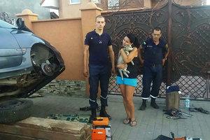 Спасали четыре часа: на Закарпатье щенок хаски спрятался от жары в моторном отсеке