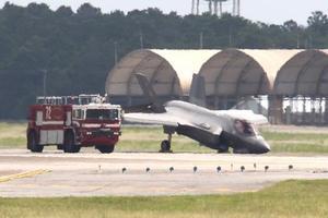 Американский истребитель пятого поколения F-35 совершил аварийную посадку