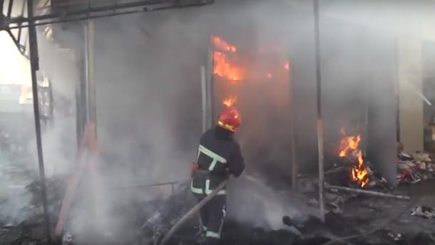 ВХмельницком вспыхнул пожар навещевом рынке