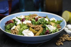 Легкий салат из рукколы, моцареллы, яблок и орехов