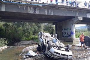 Во Львовской области легковушка с ребенком в салоне слетела с моста и перевернулась