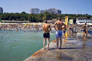 Бархатный сезон в Одессе: свободных мест на пляже почти нет