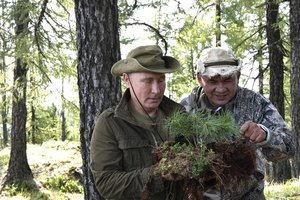 Путин прогулялся в горах Тувы в компании Шойгу