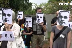 В Чехии у посольства России прошла необычная акция в поддержку Сенцова (видео)