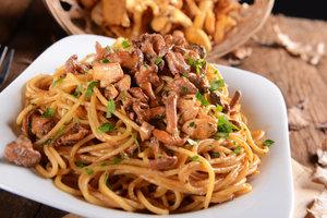 Спагетти с лисичками и оливками: рецепт Юлии Высоцкой