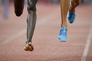 Олимпийский чемпион выиграл забег с одной кроссовкой