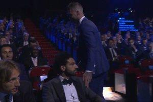 На церемонии в Монако Рамос потрогал Салаха за плечо, которое травмировал